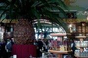 Колониальные интерьеры Елисеевского магазина украсили гигантским ананасом