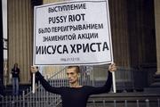Художник зашил свой рот суровой ниткой в поддержку Pussy Riot